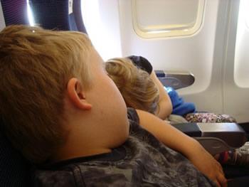 Conseils pour mieux gérer le décalage horaire chez les enfants