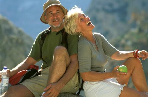 Couple de seniors se reposant pendant une randonnée