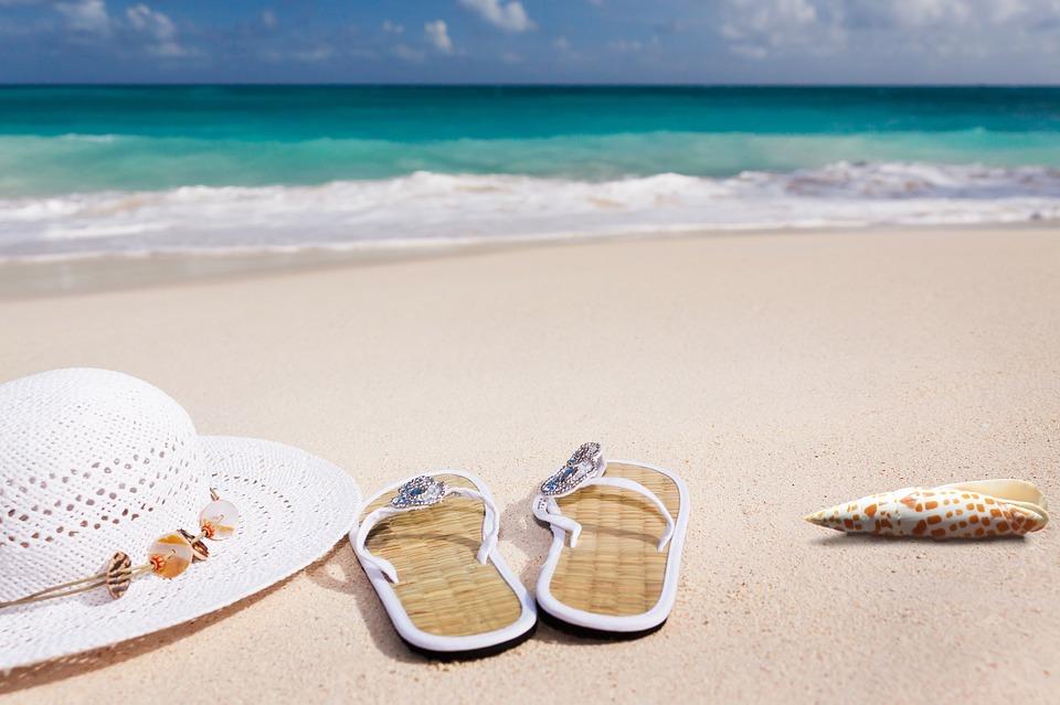 Vacances : 4 accessoires indispensables pour la plage à glisser dans sa valise