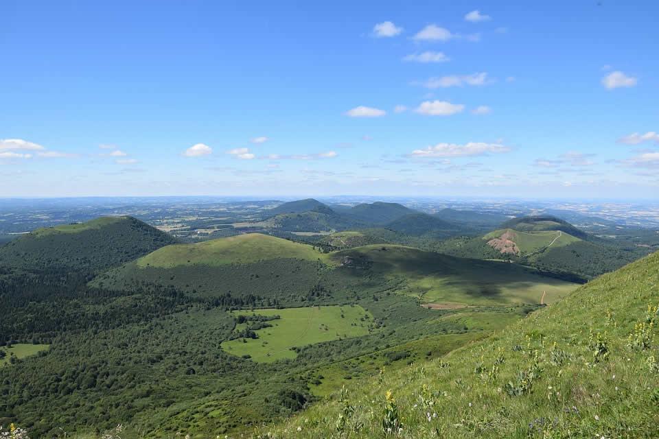 Faire un road trip en Auvergne–Rhône-Alpes : quels sont les incontournables lieux à visiter ?